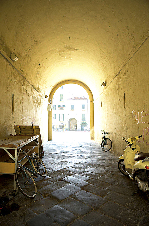 Ampliar Piazza Anfiteatro, Lucca