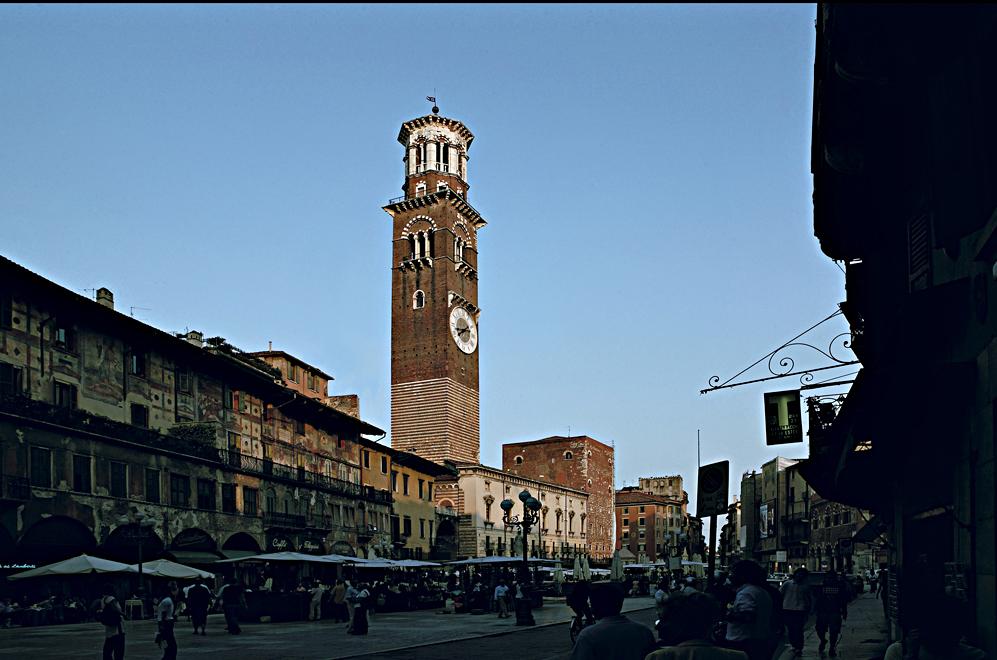 Ampliar Piazza delle Erbe, Verona